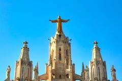 Beeldhouwwerk van het Heilige Hart van Jesus op de Sagrat-Cor kerk in Tibidabo-berg over Barcelona, Spanje stock foto's