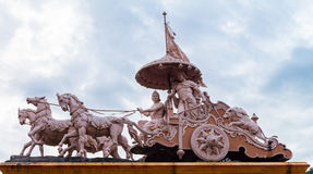 Beeldhouwwerk van Hindoese God Krishna en Arjuna stock foto