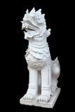 Beeldhouwwerk van leeuw Aziatische stijl op zwarte Royalty-vrije Stock Afbeeldingen