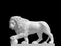Beeldhouwwerk van leeuw met de poot op de bal royalty-vrije stock afbeelding