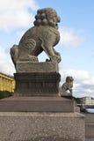 Beeldhouwwerk van leeuwen in heilige-Petersburg Stock Fotografie