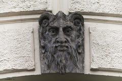 Beeldhouwwerk van Lucifer-gezicht met hoornen De architectuurelement van demon kwade mascarone de voorgevelachtergrond van de bou royalty-vrije stock foto's
