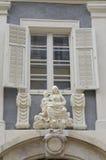 Beeldhouwwerk van Maagdelijke Mary onder een venster Royalty-vrije Stock Foto's