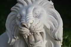 Beeldhouwwerk van marmeren leeuwhoofd met open mondgezicht stock afbeeldingen