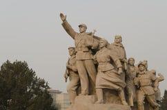Beeldhouwwerk van militairen die bij ingang aan Mausoleum van Mao Zedong op Tiananmen-Vierkant in Peking China vechten Royalty-vrije Stock Foto