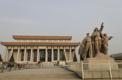Beeldhouwwerk van militairen die bij ingang aan Mausoleum van Mao Zedong op Tiananmen-Vierkant in Peking China vechten Stock Afbeeldingen