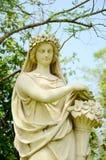 Beeldhouwwerk van oude dame in de tuin. Royalty-vrije Stock Afbeelding