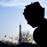 Beeldhouwwerk van Pont Alexandre III en de toren van Eiffel in Parijs Stock Foto