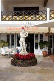 Beeldhouwwerk van Poseidon met de hoed van de Kerstman bij werf van restaurant wordt verfraaid dat Stock Foto's