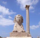 Beeldhouwwerk van Sfinx en pijler, oude architectuur Stock Foto
