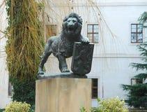 Beeldhouwwerk van Tsjechische leeuw op het gebied van Strahov-Klooster, Praag Stock Fotografie
