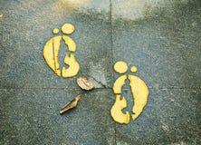 Beeldhouwwerk van voetafdruk op oppervlakte van weg, voetstap, footmark stock afbeelding