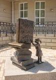 Beeldhouwwerk voor de Centrale die Bibliotheek na AP Chekhov, de stad wordt genoemd van Taganrog, op 1 Augustus 2016 Stock Foto