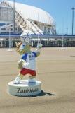 Beeldhouwwerk Zabivaki - humanoidwolf, de officiële mascotte van de wereldbeker 2018 van FIFA in het Olympische Park Voorbereidin Royalty-vrije Stock Foto