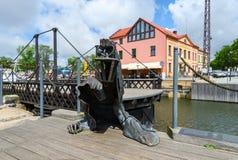 Beeldhouwwerk Zwart Spook dichtbij vervaardigde schommelingsbrug in Klaipeda Stock Foto