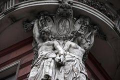 Beeldhouwwerken bij de oude bouw Royalty-vrije Stock Foto