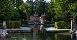 Beeldhouwwerken bij de Vijver in Openbare Tuinen van Hellbrunn-Paleis in Salzburg royalty-vrije stock afbeelding