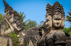 Beeldhouwwerken en cijfers van goden Boeddhisme en Hindoeïsme royalty-vrije stock afbeelding