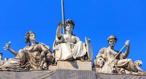 Beeldhouwwerken op de bovenkant van het Belangrijkste het stationgebouw van Zürich royalty-vrije stock afbeeldingen