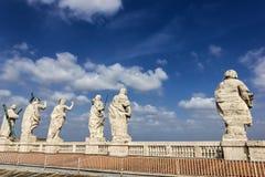 Beeldhouwwerken op de bovenkant van Pauselijke Basiliek van St Peter in het Vatikaan stock foto's