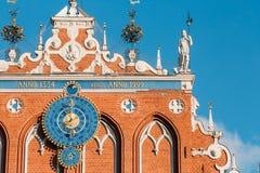Beeldhouwwerken op de voorgevel van het Huis van Meeëters in Riga, Letland Stock Foto
