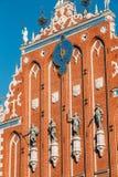 Beeldhouwwerken op de voorgevel van het Huis van Meeëters in Riga, Letland Royalty-vrije Stock Afbeeldingen
