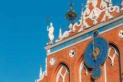 Beeldhouwwerken op de voorgevel van het Huis van Meeëters in Riga, Letland Royalty-vrije Stock Foto
