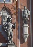 Beeldhouwwerken op de voorzijde van het Huis van de Meeëters in Riga Stock Afbeelding