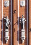 Beeldhouwwerken op de voorzijde van het Huis van de Meeëters in Riga Stock Foto