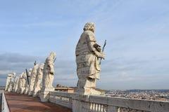 Beeldhouwwerken op St Peter Basiliek, Vatikaan stock fotografie