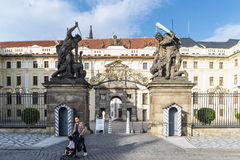 Beeldhouwwerken van de Titanen bij één van de gateways aan het Kasteel van Praag Stock Afbeeldingen