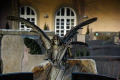 Beeldhouwwerken van engelen op graven stock afbeeldingen