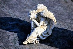 Beeldhouwwerken van engelen op graven royalty-vrije stock afbeelding