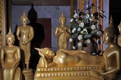 Beeldhouwwerken van het bevindende zitting liggen Boedha in de tempel Stock Foto