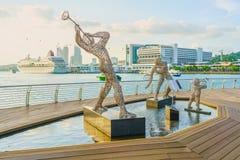 Beeldhouwwerken van Jazz Players en de Cruisecentrum van Singapore dichtbij Harb Stock Foto