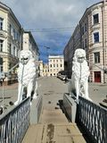 beeldhouwwerken van leeuwen die de omheining van de brug houden royalty-vrije stock fotografie