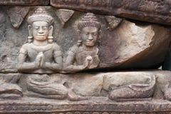 Beeldhouwwerken van twee Buddhas, in een steenrots die worden gesneden: cijfers van zandsteen met de palmen op de borst worden ge Royalty-vrije Stock Afbeeldingen