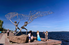 """Beeldhouwwerk""""fishers die een Net† in Petrozavodsk (Karelië, Rusland) gieten Royalty-vrije Stock Foto"""
