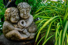 Beeldhouwwerkfontein in tuin in Koh Larn, Thailand royalty-vrije stock foto's