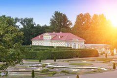 Beeldhuis, midden van de 18de eeuw Oranienbaum Lomonosov Lager park royalty-vrije stock foto