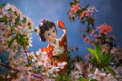 Beeldje dansende geisha in de tuin Sakura met decoratieve verlichting Royalty-vrije Stock Foto's