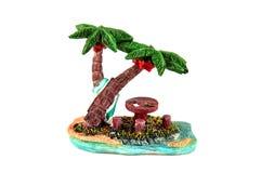 Beeldje - houten picknicklijst onder de palmen op het strand stock afbeeldingen