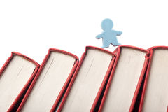 Beeldje op de stekel van boeken Stock Fotografie