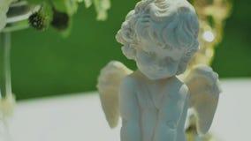 Beeldje van Cupido stock videobeelden