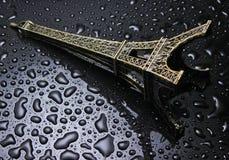 Beeldje van de toren van Eifel met waterdalingen royalty-vrije stock foto's