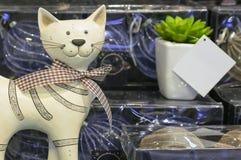 Beeldje van een het glimlachen kat met een boog in een herinneringswinkel royalty-vrije stock foto