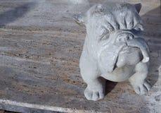 Beeldje van een hond van steen in de straat in de middag wordt gemaakt die Rusland Sotchi 04 28 2019 royalty-vrije stock foto