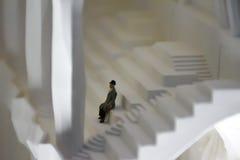 Beeldje van een oude mens op een architecturaal model stock afbeelding
