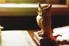 Beeldje van een uil van hout wordt gemaakt dat Royalty-vrije Stock Afbeeldingen