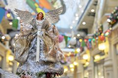 Beeldje van een vrouwenengel bij de Kerstboom stock afbeeldingen